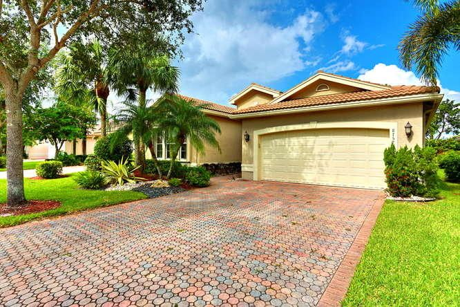 VALENCIA SHORES home 8757 Arbor Walk Drive Lake Worth FL 33467
