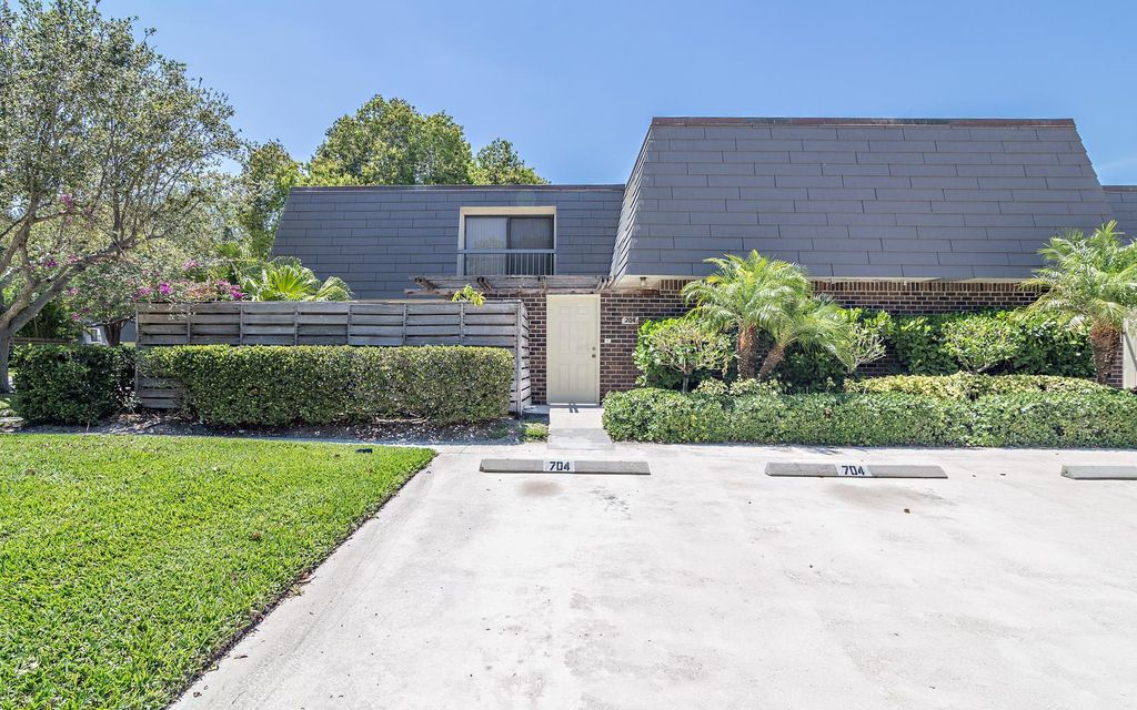 704 7th Terrace , Palm Beach Gardens FL 33418 is listed for sale as MLS Listing RX-10381364 26 photos