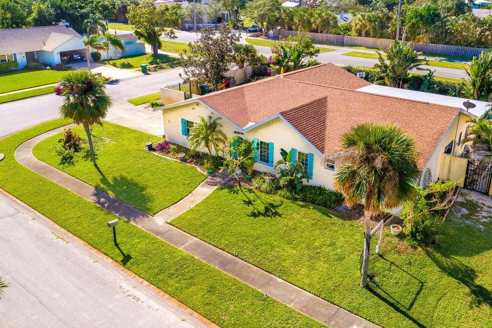 Частный односемейный дом для того Продажа на 1910 Cedar Lane 1910 Cedar Lane Melbourne, Флорида 32951 Соединенные Штаты