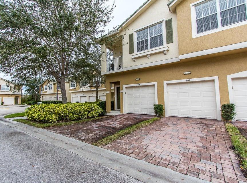 共管式独立产权公寓 为 销售 在 1550 SE Hampshiire Way # 101 1550 SE Hampshiire Way # 101 斯图尔特, 佛罗里达州 34994 美国