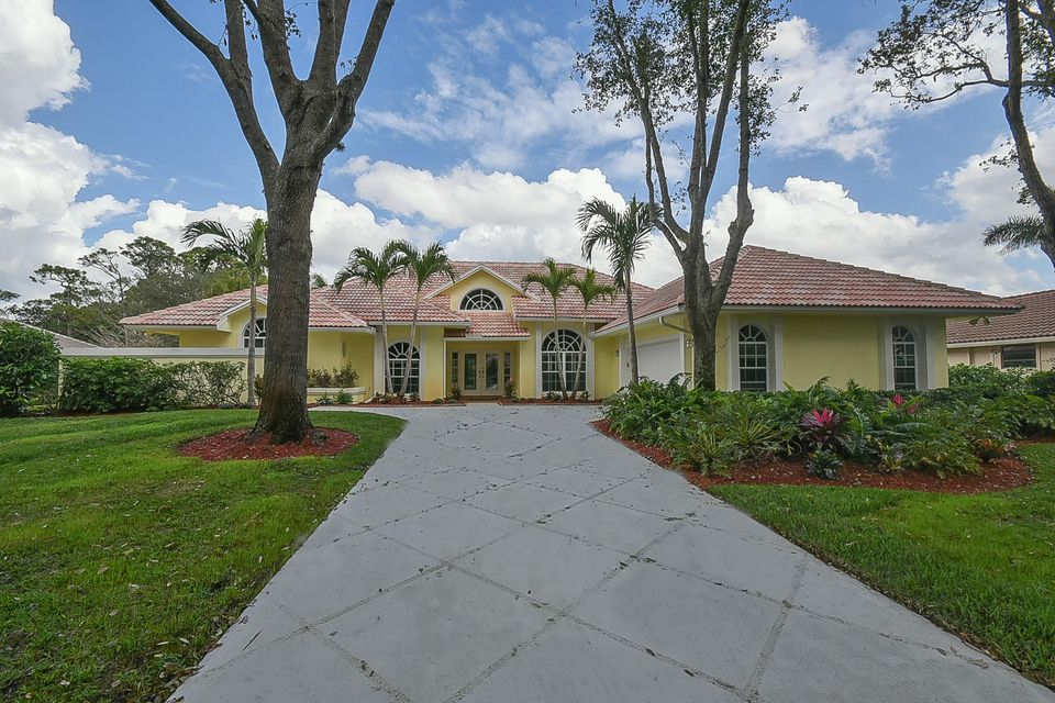 18505 SE Heritage Oaks Lane is listed as MLS Listing RX-10396180 with 71 pictures