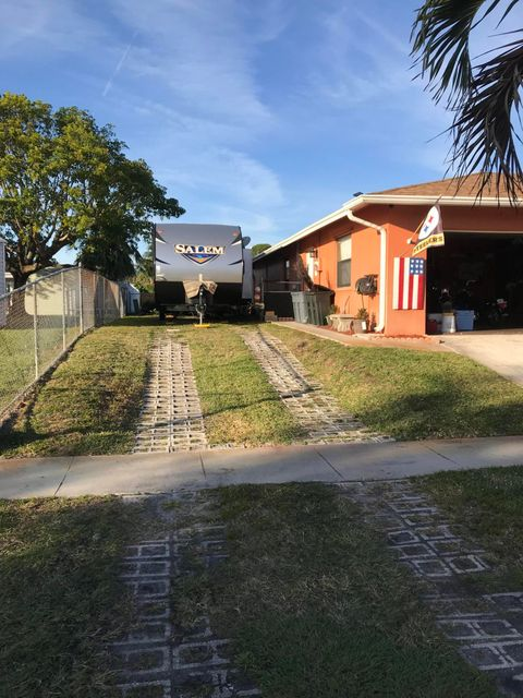 2965 Via Vellaria Lake Worth, FL 33461 photo 2