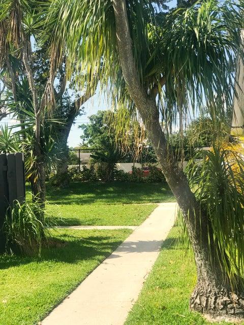 1104 Summit Trail Circle B West Palm Beach, FL 33415 photo 5