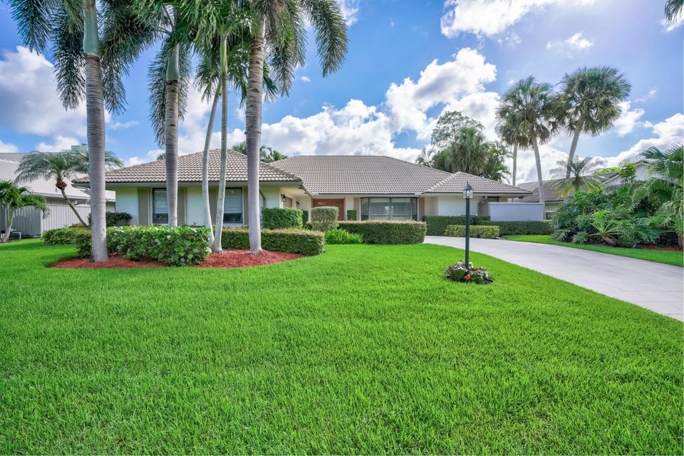 20 Huntly Drive , Palm Beach Gardens FL 33418 is listed for sale as MLS Listing RX-10437206 45 photos