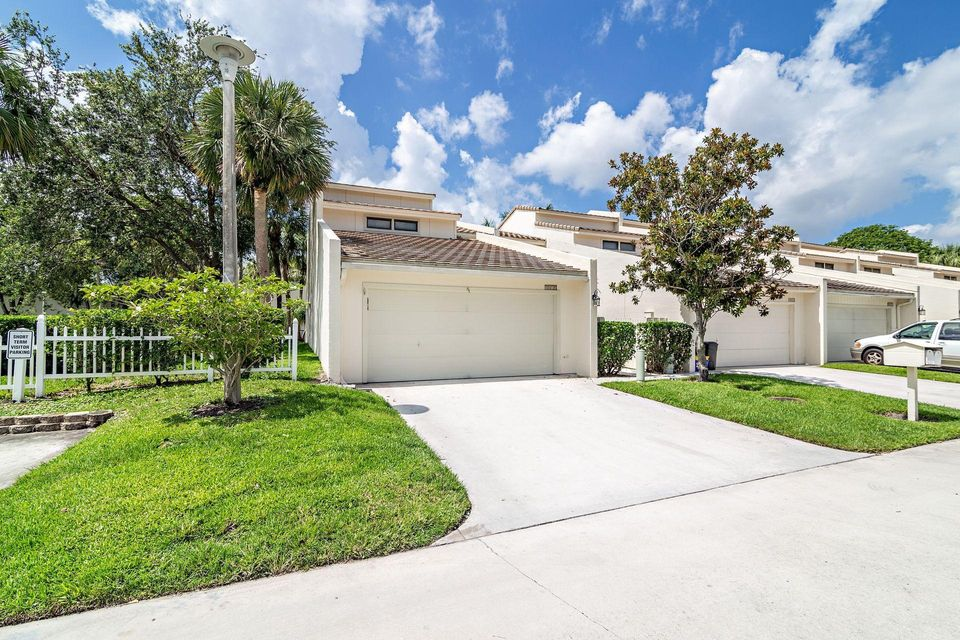 8010 Edgemere Lane , Palm Beach Gardens FL 33410 is listed for sale as MLS Listing RX-10435869 17 photos