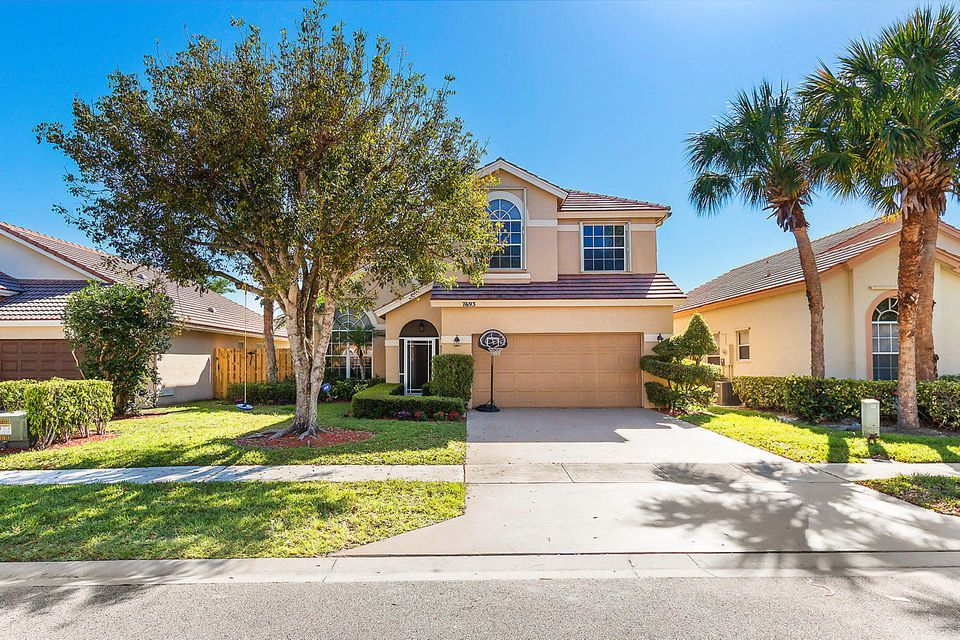 Home for sale in Lake Charleston - Lakemont Cove Lake Worth Florida