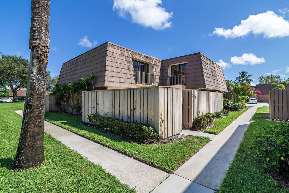 727 7th Court , Palm Beach Gardens FL 33410 is listed for sale as MLS Listing RX-10467748 18 photos