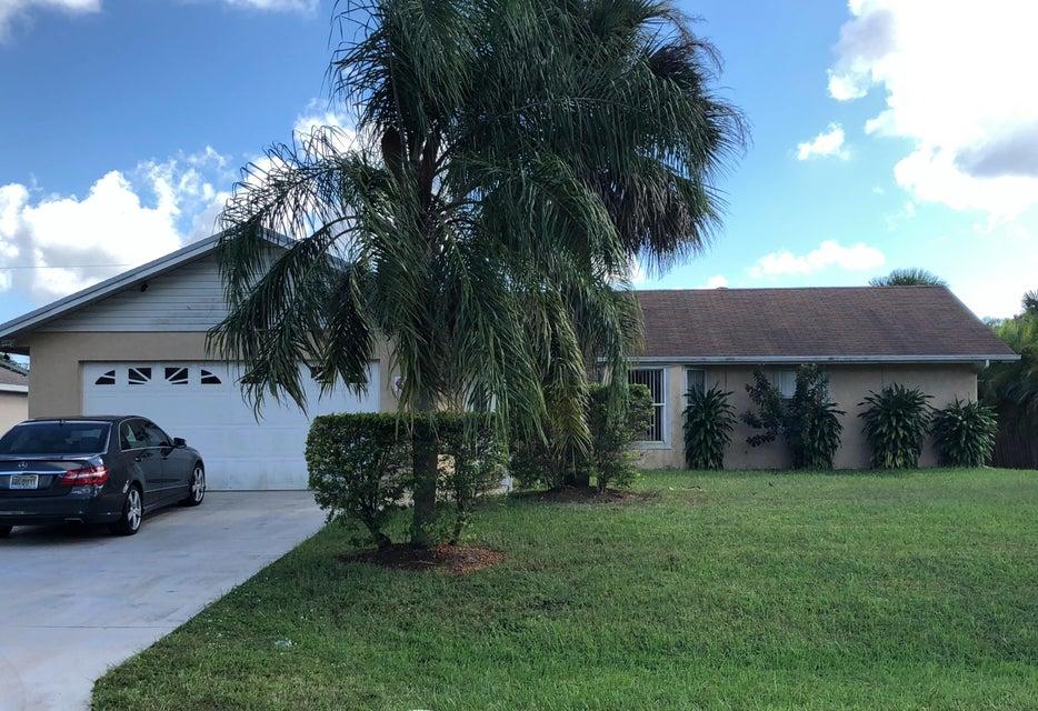 686 SW Lucero Drive, Port Saint Lucie, Florida