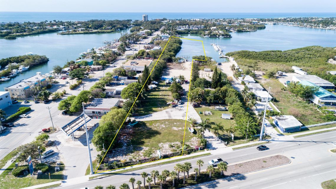 Commercial pour l Vente à 13759 Overseas Highway 13759 Overseas Highway Marathon, Florida 33050 États-Unis