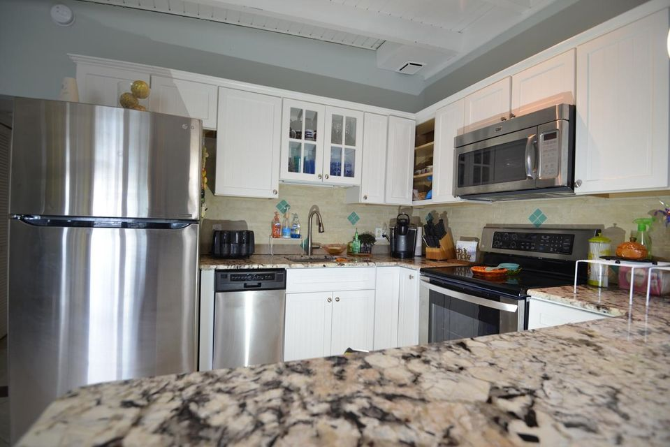 Additional photo for property listing at 390 4Th Street 390 4Th Street Key Colony, Florida 33051 États-Unis