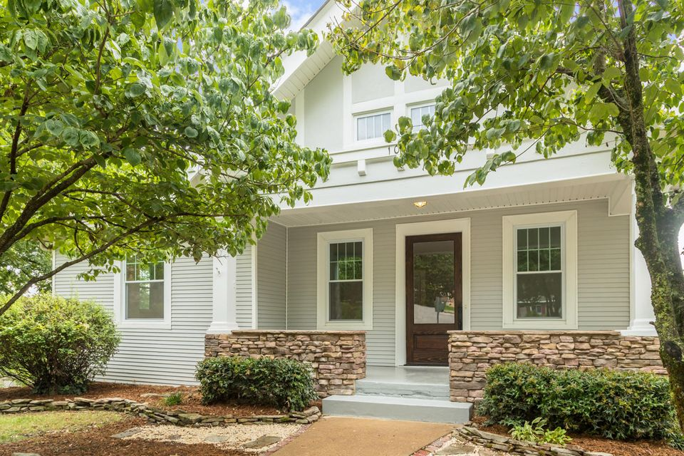 Photo of home for sale at 1000 Forest, Chattanooga TN