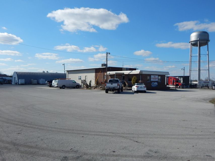 Commercial pour l Vente à 1079 Livingston Road Crossville, Tennessee 38555 États-Unis
