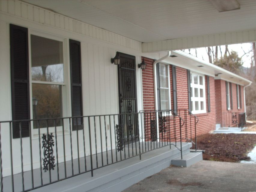 Single Family Home for Sale at 3905 W Cumberland Avenue 3905 W Cumberland Avenue Middlesboro, Kentucky 40965 United States
