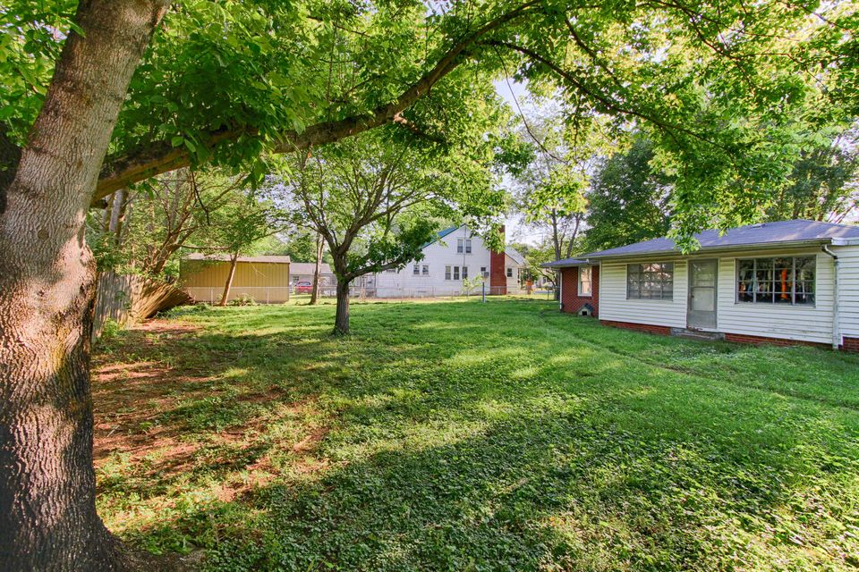 Additional photo for property listing at 222 S Oakwood Avenue 222 S Oakwood Avenue Clinton, Tennessee 37716 Estados Unidos