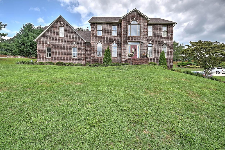 Maison unifamiliale pour l Vente à 421 Fairway Estates Drive Blountville, Tennessee 37617 États-Unis