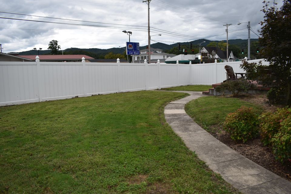 Additional photo for property listing at 2402 Cumberland Avenue 2402 Cumberland Avenue Middlesboro, Kentucky 40965 Estados Unidos