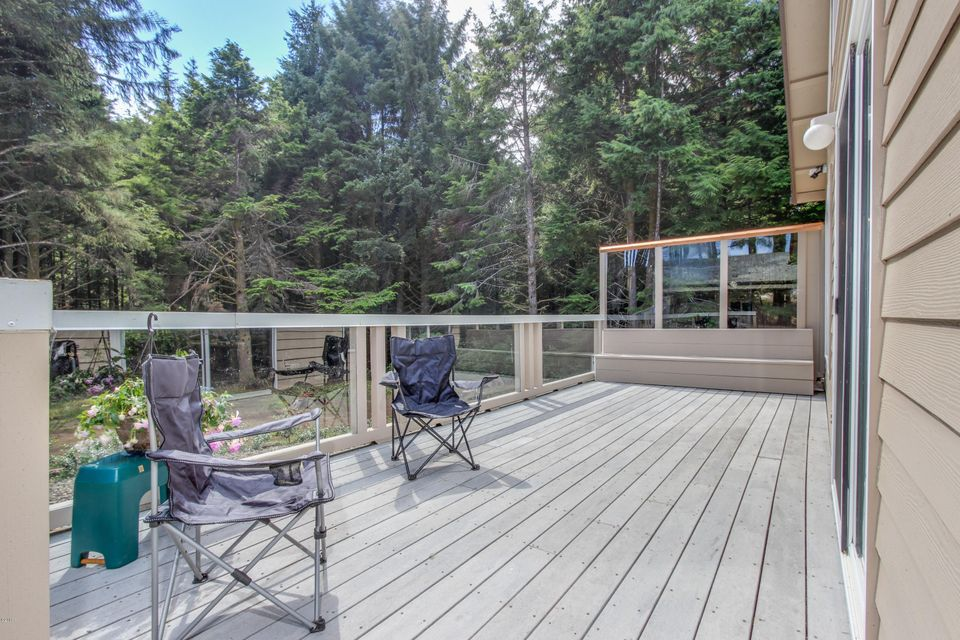 1128 SW 17th St, Lincoln City, OR 97367 - Private entertainment deck