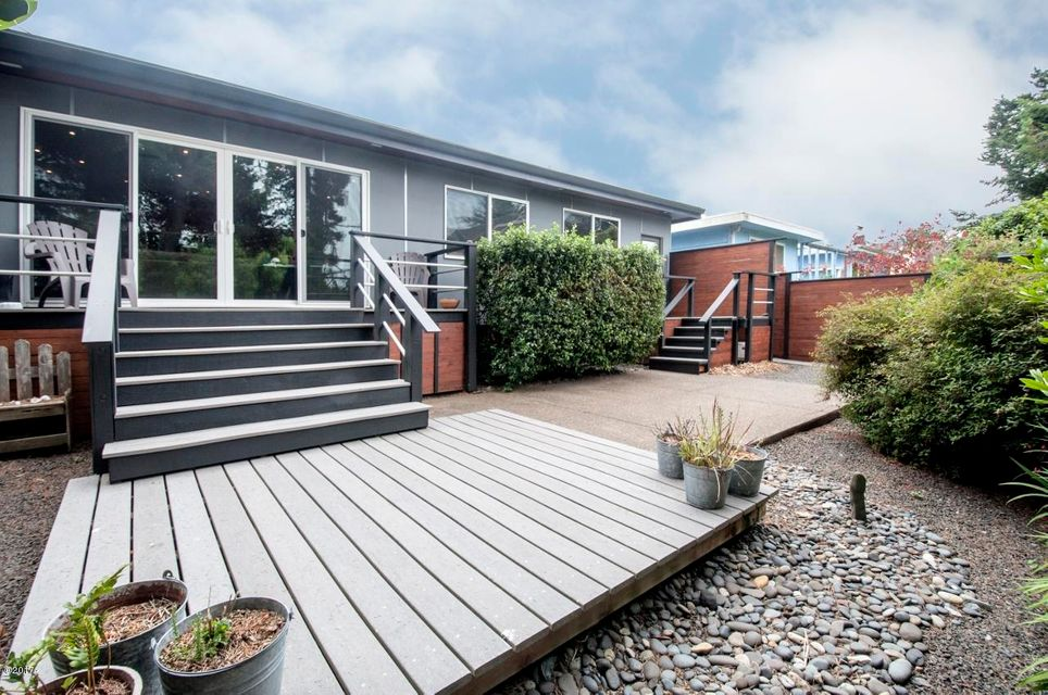 3109 NW Neptune Ave, Lincoln City, OR 97367 - Back Deck & Patio