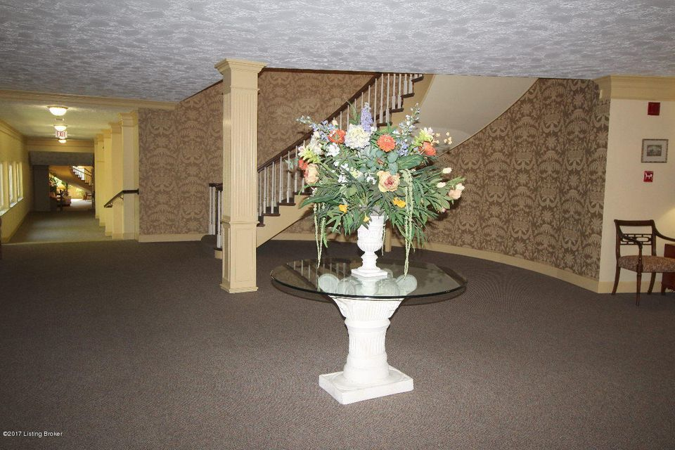 Additional photo for property listing at 5800 Coach Gate Wynde 5800 Coach Gate Wynde Louisville, Kentucky 40207 United States
