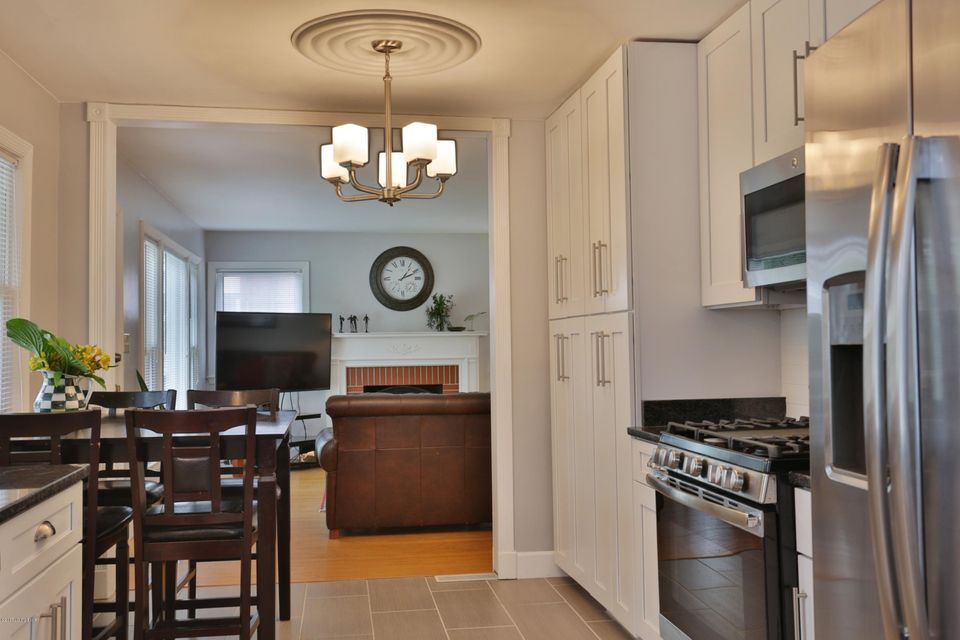 Additional photo for property listing at 809 Cannons Lane  Louisville, Kentucky 40207 United States