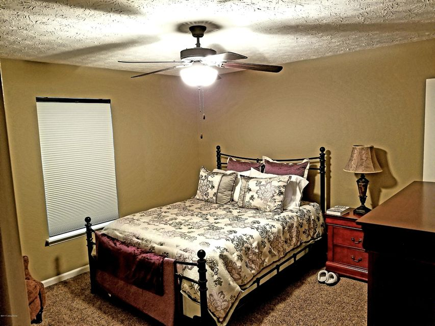 Additional photo for property listing at 9445 Mossy Creek Way  Louisville, Kentucky 40229 United States