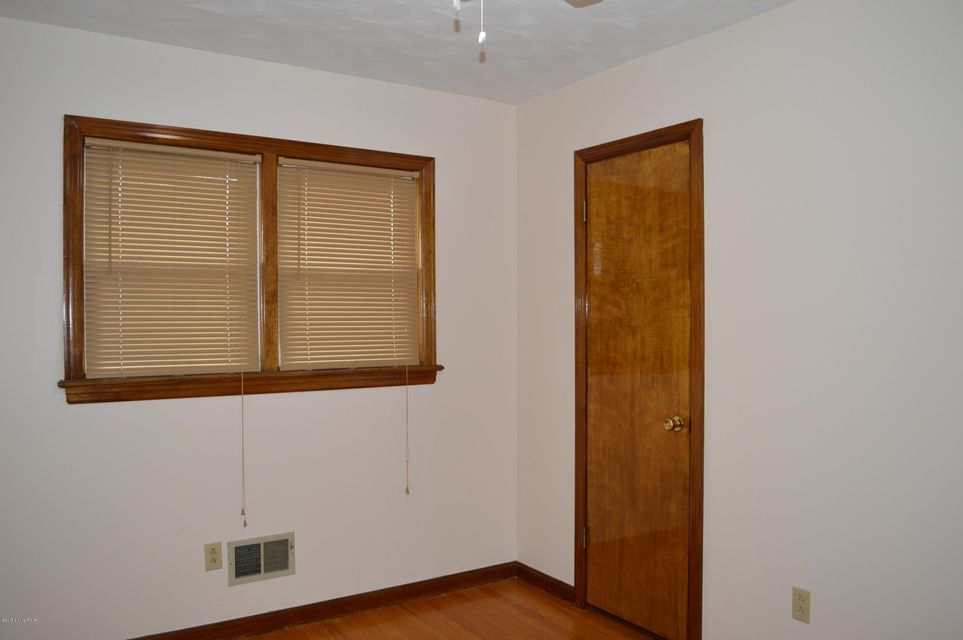 Additional photo for property listing at 4904 Darnton Lane  Louisville, Kentucky 40216 United States