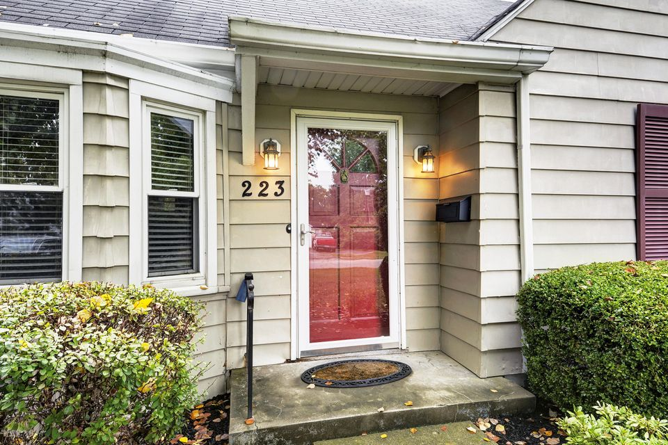 Additional photo for property listing at 223 S Hubbards Lane 223 S Hubbards Lane Louisville, Kentucky 40207 United States