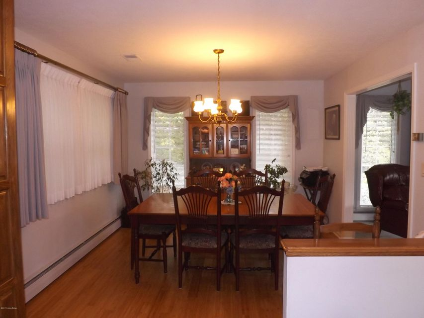 Additional photo for property listing at 9211 Wildwood Lane 9211 Wildwood Lane Louisville, Kentucky 40272 United States