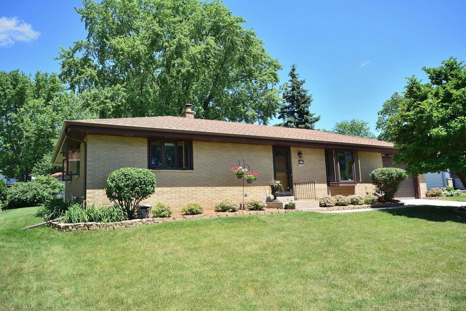 Single Family for Sale at N94w16646 Cumberland Rd Menomonee Falls, Wisconsin 53051 United States