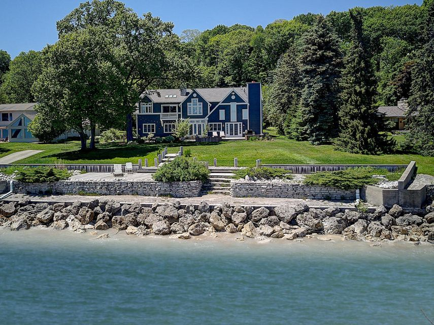 Single Family Home for Sale at 8100 N Beach Drive 8100 N Beach Drive Fox Point, Wisconsin 53217 United States