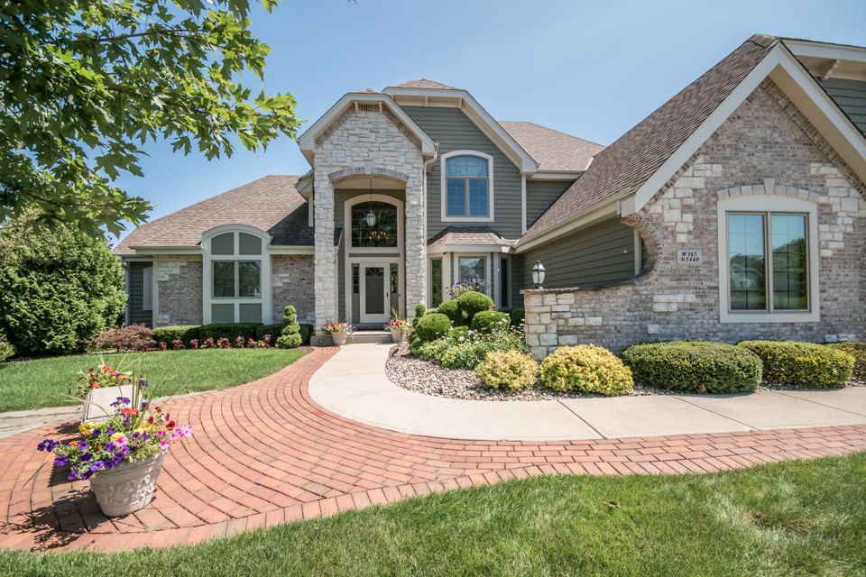 Single Family Home for Sale at W165N5440 Creekwood XING W165N5440 Creekwood XING Menomonee Falls, Wisconsin 53051 United States