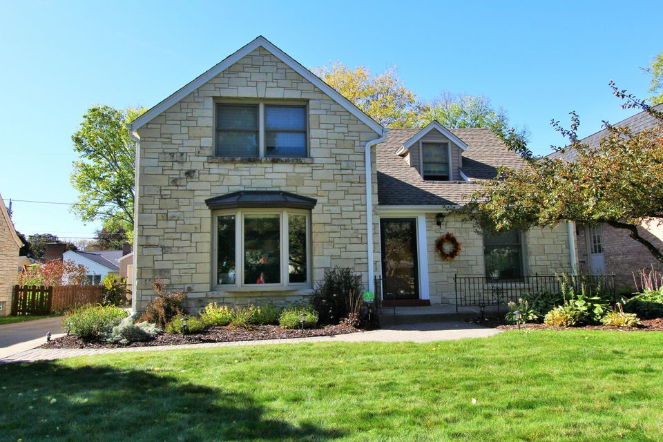 Single Family Home for Sale at 2435 N Swan Blvd 2435 N Swan Blvd Wauwatosa, Wisconsin 53226 United States