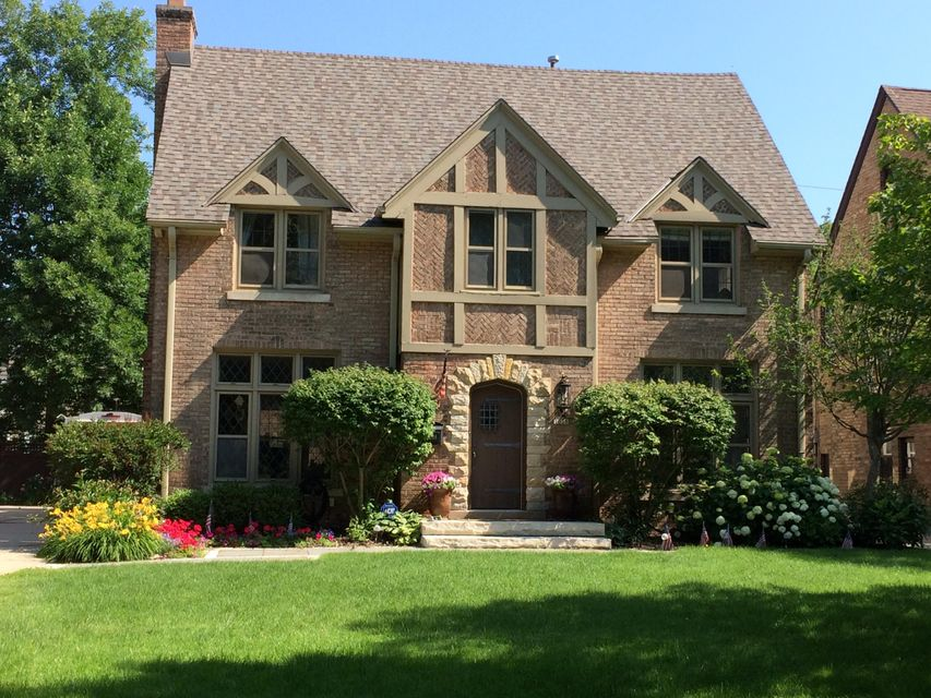 Single Family Home for Sale at 1038 E Circle Drive 1038 E Circle Drive Whitefish Bay, Wisconsin 53217 United States