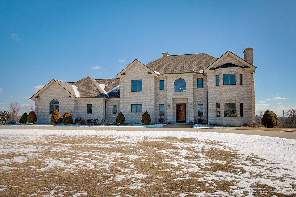 Single Family Home for Sale at W295S5458 Holiday Oak Drive W295S5458 Holiday Oak Drive Waukesha, Wisconsin 53189 United States