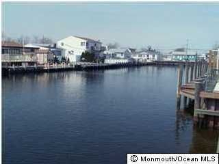 Photo of home for sale at 718 Phoebe Street Street, Toms River NJ