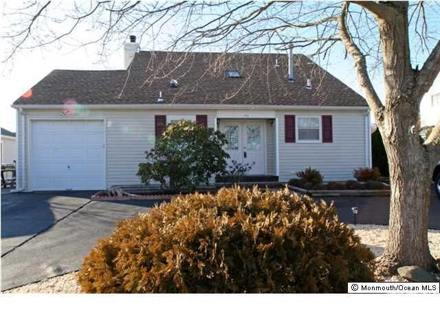 Photo of home for sale at 54 Topsail Court Court, Bayville NJ