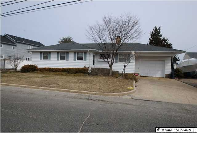 Photo of home for sale at 14 Point Road Road, Toms River NJ