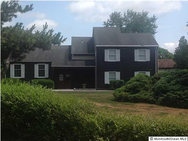 Photo of home for sale at 5 Woodland Circle Circle, Manalapan NJ