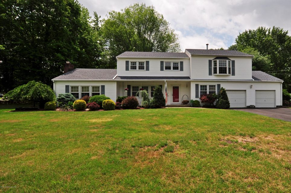 Photo of home for sale at 118 Old Queens Boulevard Boulevard, Manalapan NJ