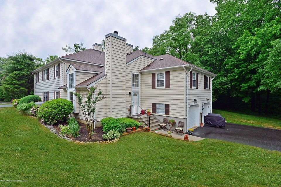 Photo of home for sale at 1201 Buckingham Circle Circle, Middletown NJ