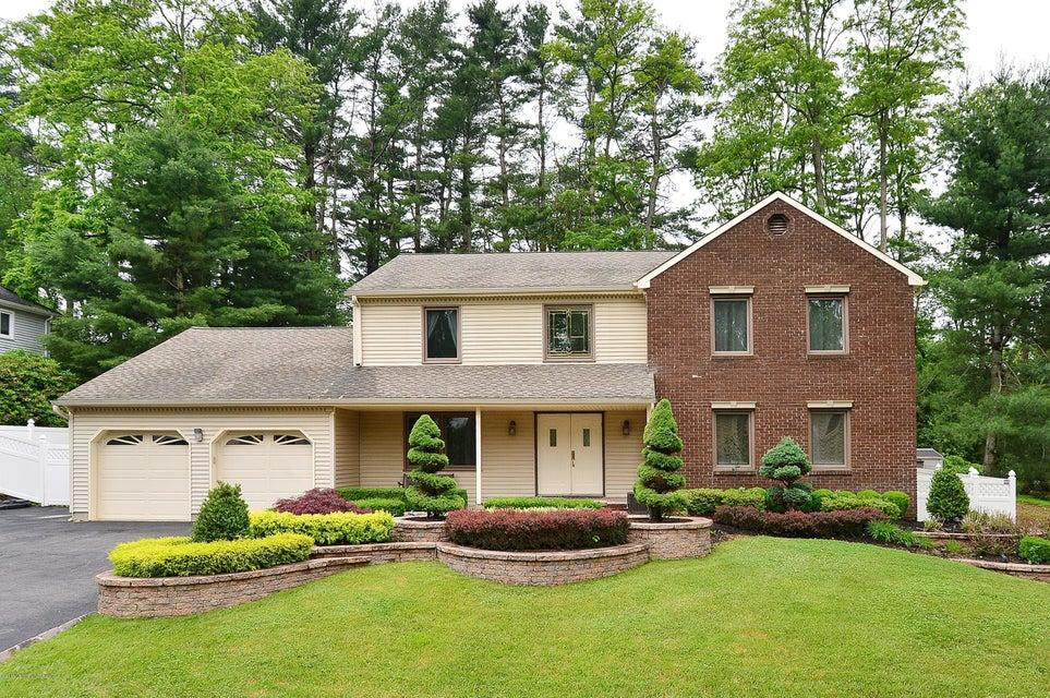 Photo of home for sale at 6 Horseshoe Court Court, Marlboro NJ