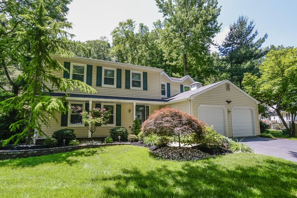 Photo of home for sale at 5 Stanley Lane Lane, Middletown NJ