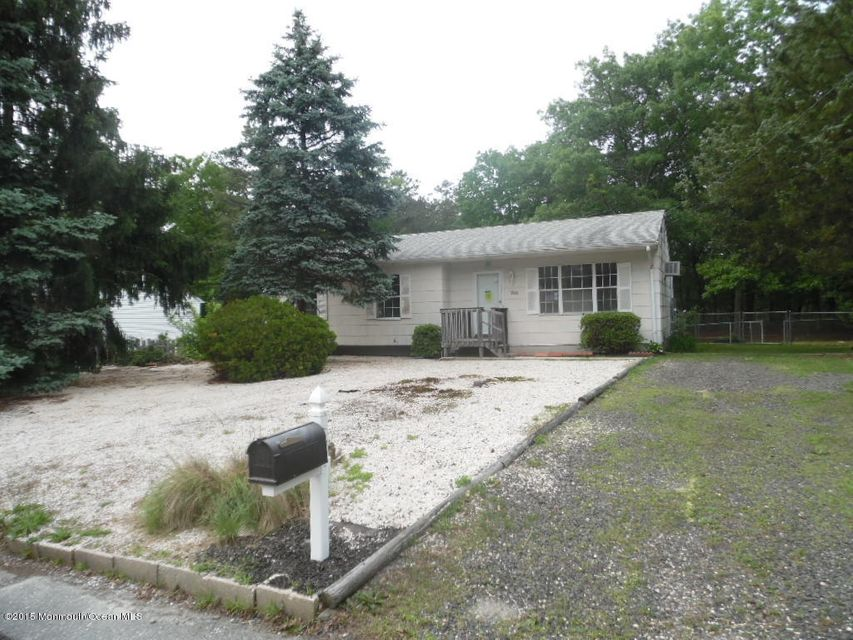 Photo of home for sale at 200 Commodore Road Road, Manahawkin NJ