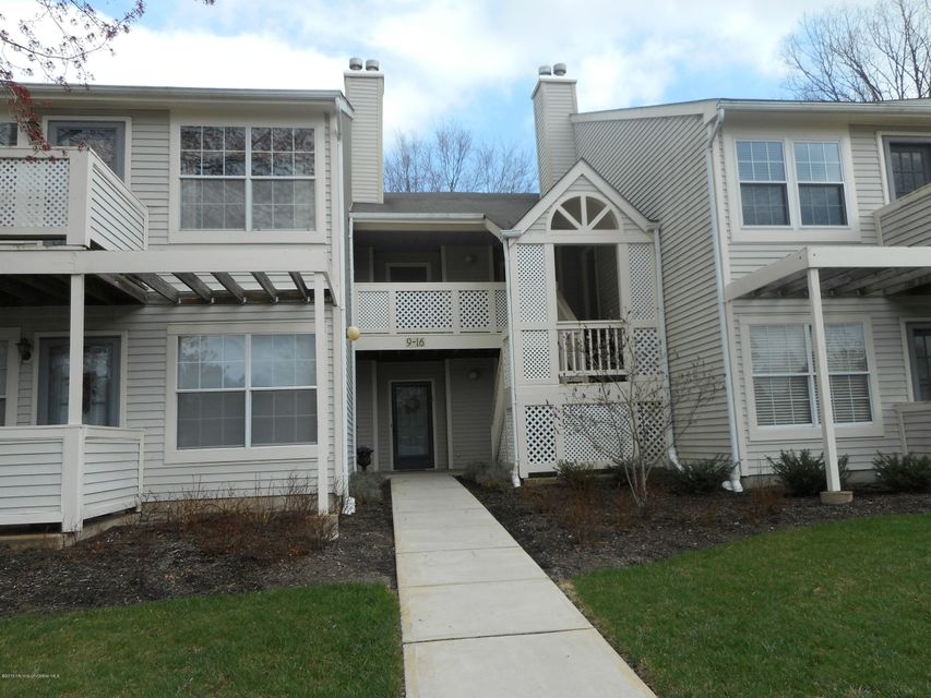 Photo of home for sale at 12 White Oak Court Court, Howell NJ