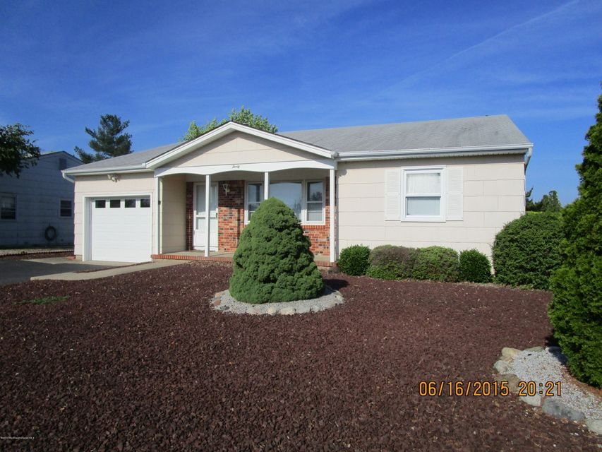 Photo of home for sale at 30 Langley Road Road, Toms River NJ