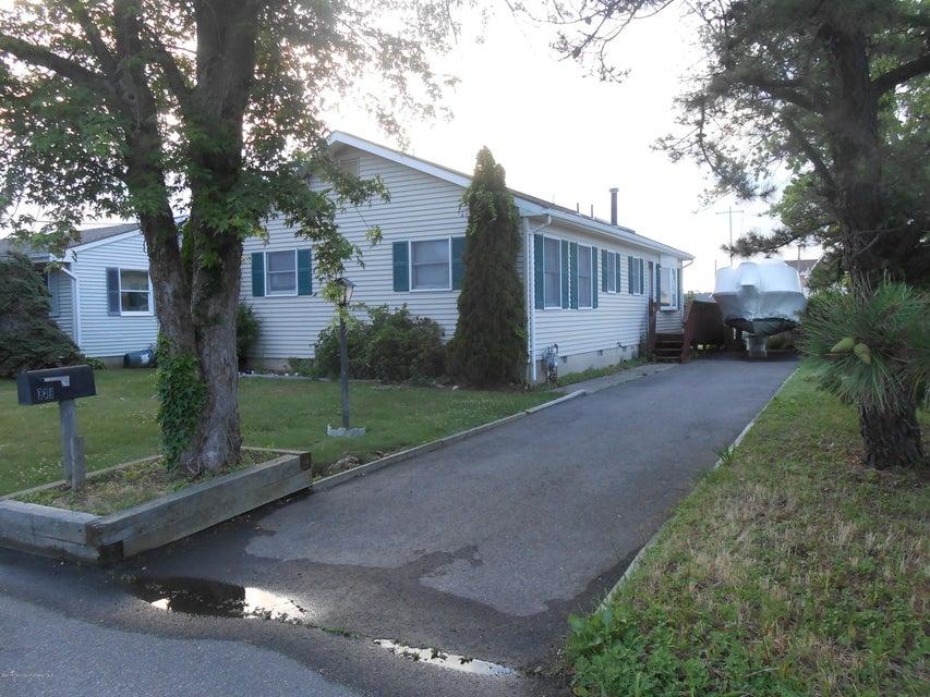 Photo of home for sale at 940 Mallard Drive Drive, Lanoka Harbor NJ