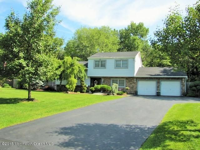 Photo of home for sale at 32 Chesapeake Road Road, Manalapan NJ