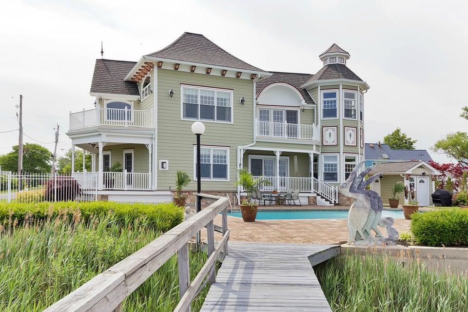 Photo of home for sale at 1 Pocano Avenue Avenue, Oceanport NJ