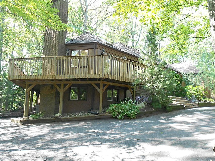Photo of home for sale at 7 Crossbrook Court Court, Holmdel NJ