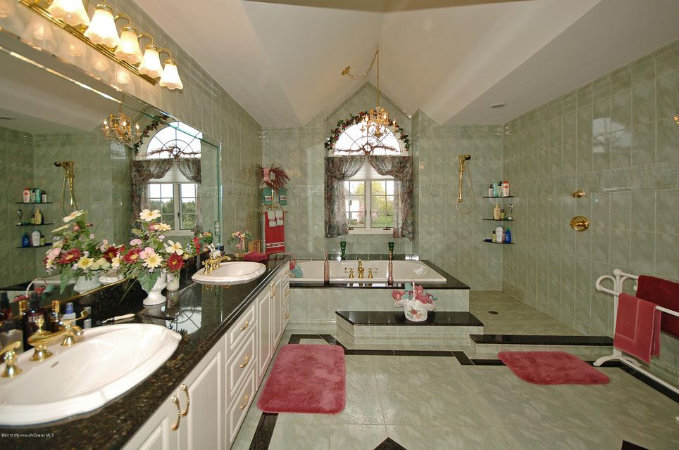 Additional photo for property listing at 6 Twin Lakes Drive 6 Twin Lakes Drive Colts Neck, New Jersey 07722 États-Unis